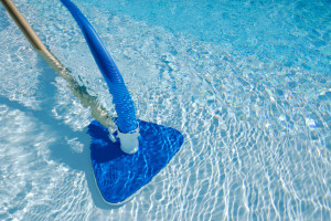 Swimming pool cleaning vacuum